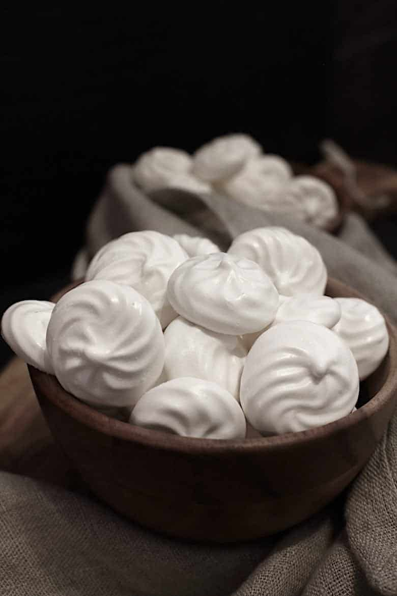 Sugar-free Meringue Cookies in a brown bowl