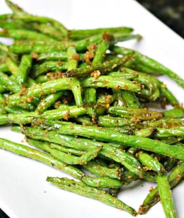 air fryer green beans on a plate